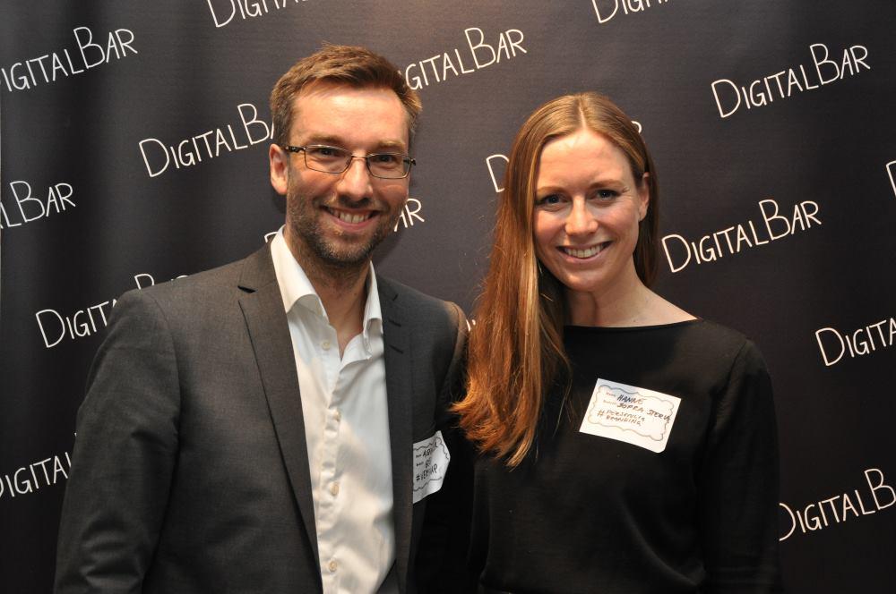 Alexander Haneng og Hanne Kristine Fjellheim foran DigitalBar-veggen